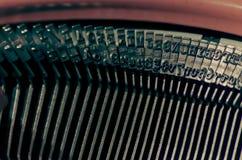 Schließen Sie oben von den Zeichen auf einer alten Schreibmaschine Stockbilder