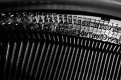 Schließen Sie oben von den Zeichen auf einer alten Schreibmaschine Stockfoto