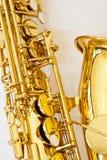 Schließen Sie oben von den zurückhaltenderen Löchern des Altsaxophons lizenzfreie stockbilder