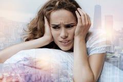 Schließen Sie oben von deprimierter Frau, die seiend tief in den Gedanken Lizenzfreie Stockfotos