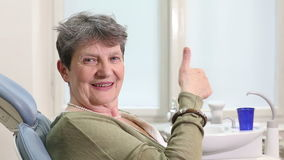 Schließen Sie oben von der älteren Frau, die Daumen an der zahnmedizinischen Klassifikation aufgibt stock video footage