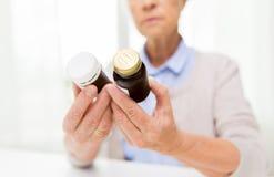 Schließen Sie oben von der älteren Frau mit Medizingläsern lizenzfreie stockfotos