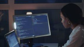 Schließen Sie oben von der Afroamerikanerfrau, die an Computer im Elektroniklabor arbeitet stock footage