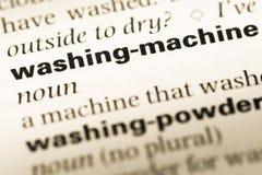 Schließen Sie oben von der alten englischen Wörterbuchseite mit Wortwaschmaschine stockbilder