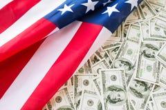 Schließen Sie oben von der amerikanischen Flagge und vom Dollarbargeld Stockbild