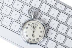 Schließen Sie oben von der analogen Stoppuhr auf Tastatur Lizenzfreie Stockfotos