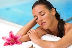 Schließen Sie oben von der attraktiven Frau im Badekurortpool. Stockfoto