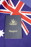 Schließen Sie oben von der australischen südlichen Kreuzflagge mit Pass- Vertikale Stockbild