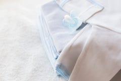 Schließen Sie oben von der Babykleidung für neugeborenes und soother Lizenzfreies Stockbild