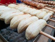 Schließen Sie oben von der Banane, die an der Straßennahrung gegrillt wird lizenzfreie stockfotos