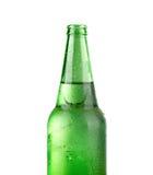 Schließen Sie oben von der Bierflasche auf Weiß Stockfoto