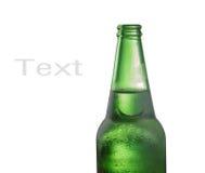 Schließen Sie oben von der Bierflasche auf Weiß Stockbild