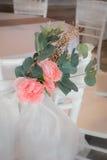 Schließen Sie oben von der Blume, die auf Hochzeit chiavari Stuhl verziert wird Lizenzfreie Stockfotografie