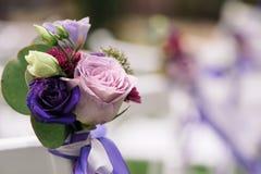 Schließen Sie oben von der Blume, die auf Hochzeitsstuhl verziert wird Stockbilder