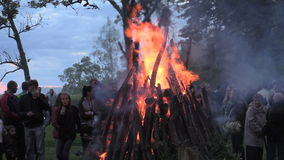 Schließen Sie oben von der Brandfeuerspitze, von schwelendem Klotzfunkenfeuer und von den Leuten stock video