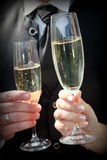 Schließen Sie oben von der Braut und vom Bräutigam Toasting Champagne Lizenzfreies Stockbild
