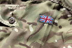 Schließen Sie oben von der BRITISCHEN Militäruniform mit Verbandsflagge Stockbilder