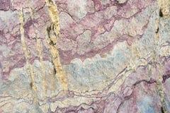 Schließen Sie oben von der bunten Felsenoberfläche, vom natürlichen Hintergrund, vom Muster und von der Beschaffenheit Metamorphe Stockfotos