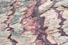 Schließen Sie oben von der bunten Felsenoberfläche, vom natürlichen Hintergrund, vom Muster und von der Beschaffenheit Metamorphe Stockbild
