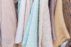 Schließen Sie oben von der bunten Pulloverkleidung in einem Speicher Stockfoto
