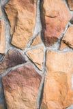 Schließen Sie oben von der dekorativen Fassade, die gegenüberstellt, gemacht als asymetrisches Mosaik des Natursteins der verschi Stockfoto