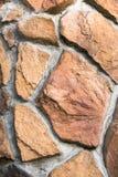 Schließen Sie oben von der dekorativen Fassade, die gegenüberstellt, gemacht als asymetrisches Mosaik des Natursteins der verschi Lizenzfreie Stockbilder