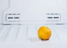 Schließen Sie oben von der Diätfrucht, Orange an gesetzt dem Gefrierschrankkühlschrank Lizenzfreie Stockbilder