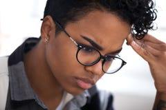 Schließen Sie oben von der ernsten traurigen schwarzen Frau in der Arbeit lizenzfreies stockfoto