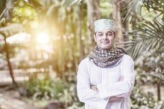 Schließen Sie oben von der erwachsenen pakistanischen moslemischen Mannstellung und vom Querarm Stockfoto