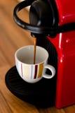 Schließen Sie oben von der Espressoschale, die auffüllt Lizenzfreies Stockfoto