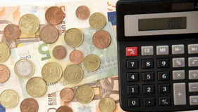 Schließen Sie oben von der Eurowährung Münzen, Banknoten und Taschenrechner Stockbilder