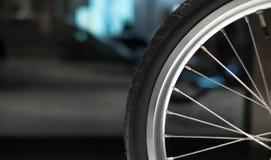 Schließen Sie oben von der Fahrradfelge und von den Speichen Bokeh im Hintergrund lizenzfreie stockfotografie