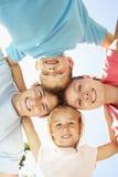 Schließen Sie oben von der Familien-Gruppe, die unten Kamera im Park untersucht Lizenzfreie Stockfotos