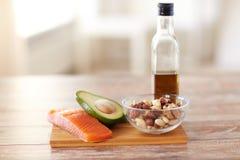 Schließen Sie oben von der Flasche des Lebensmittels und des Olivenöls auf Tabelle Lizenzfreies Stockbild