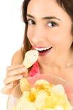 Schließen Sie oben von der Frau, die Chips isst Lizenzfreie Stockfotografie
