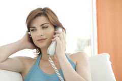 Schließen Sie oben von der Frau, die einen Telefon-Aufruf bildet Lizenzfreie Stockfotos