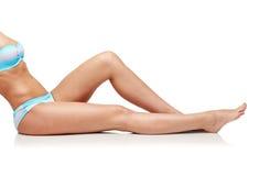 Schließen Sie oben von der Frau, die im Bikinibadeanzug ein Sonnenbad nimmt Lizenzfreie Stockfotografie