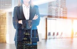 Schließen Sie oben von der Frau in einer Bürolobby Stockfotografie