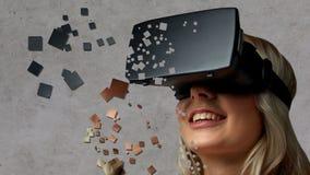 Schließen Sie oben von der Frau im Kopfhörer der virtuellen Realität Stockfotos