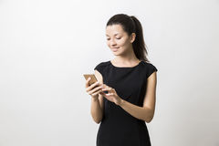 Schließen Sie oben von der Frau im langen schwarzen Kleid sprechend an ihrem Telefon Lizenzfreies Stockfoto