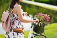 Schließen Sie oben von der Frau mit fixie Fahrrad im Park Lizenzfreies Stockbild