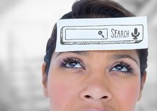 Schließen Sie oben von der Frau mit Karte auf dem Kopf, der graue Suchstange gegen undeutliche graue Treppe zeigt Lizenzfreie Stockfotografie