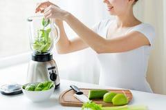 Schließen Sie oben von der Frau mit Mischmaschine und Gemüse Lizenzfreie Stockfotos