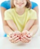 Schließen Sie oben von der Frau und vom Mädchen mit den schalenförmigen Händen Stockfotografie