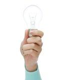 Schließen Sie oben von der Frauenhand, die Glühlampe hält Stockfoto