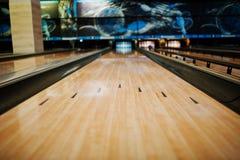 Schließen Sie oben von der Gasse am Bowlingspielverein Stockfotografie