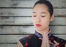 Schließen Sie oben von der Geisha mit den Händen zusammen gegen graue Täfelung Lizenzfreie Stockfotos