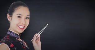 Schließen Sie oben von der Geisha mit Essstäbchen gegen Marinetafel Lizenzfreie Stockfotos