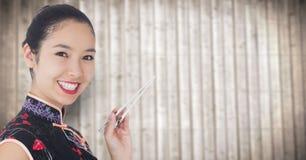 Schließen Sie oben von der Geisha mit Essstäbchen gegen undeutliche Täfelung Stockfoto