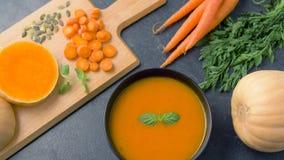 Schließen Sie oben von der Gemüsekürbiscremesuppe in der Schüssel stock video